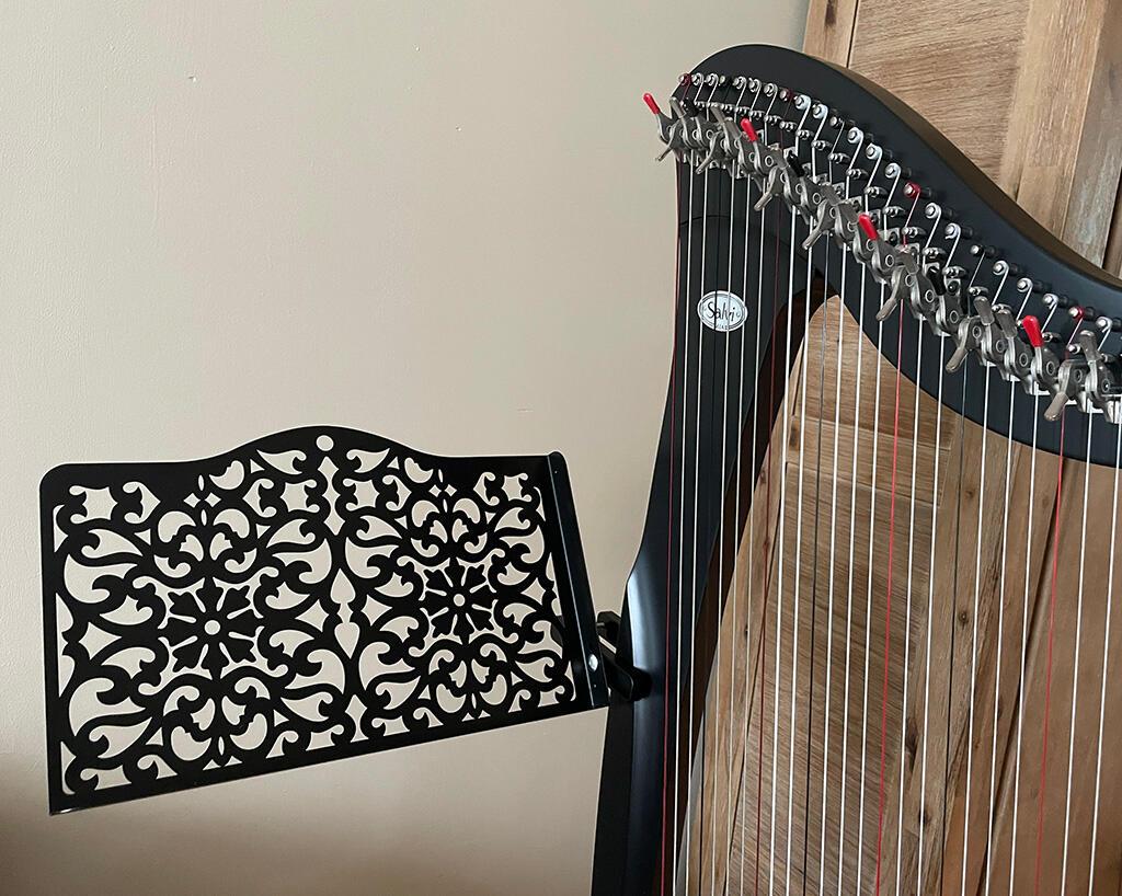 Harply, de bladmuziek standaard die aan je harp bevestigd wordt.
